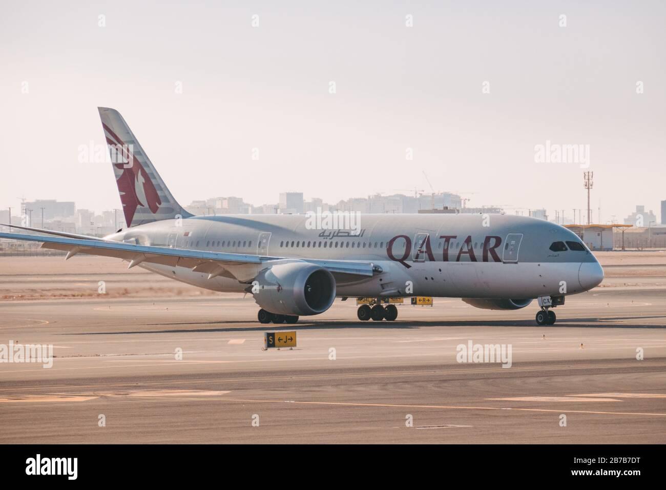 Un Boeing 787 de Qatar Airways vous permet de vous garer en été à l'aéroport international de Hamad, à Doha Banque D'Images