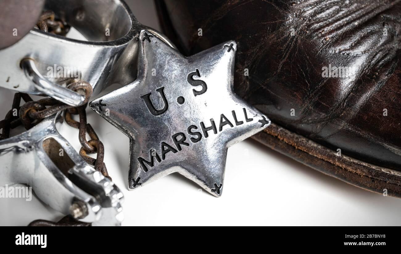 Badge Marshall américain à thème occidental avec bottes de cowboy et éperons Banque D'Images