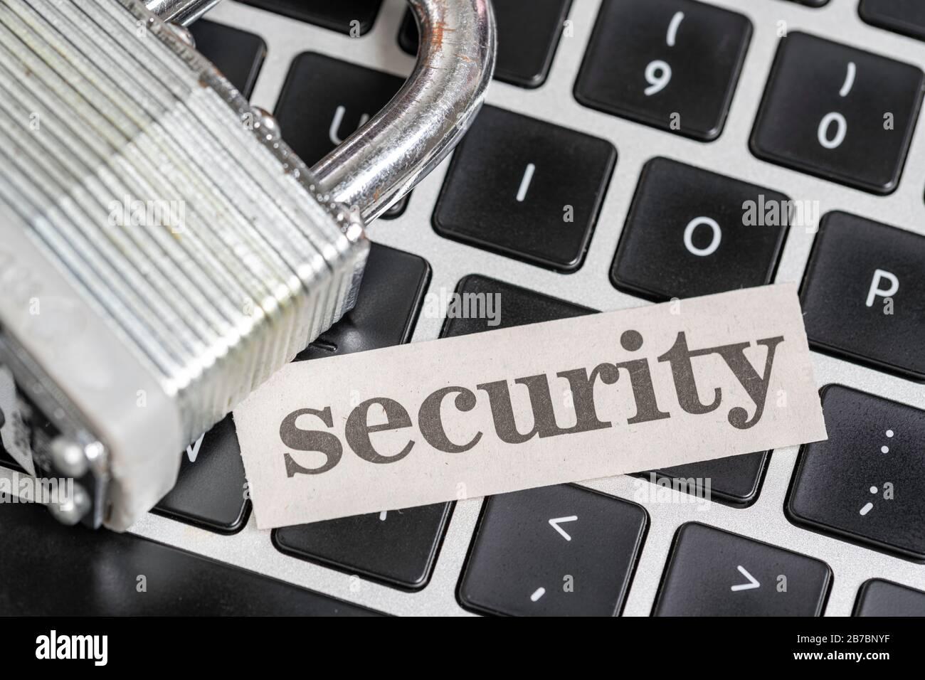 Concept de cyber-sécurité informatique avec cadenas et clavier informatique avec coupure de journal de la sécurité Banque D'Images
