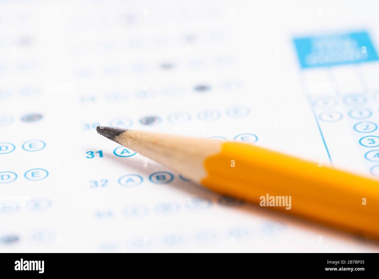 Un crayon jaune sur un test de lecture d'ordinateur Banque D'Images
