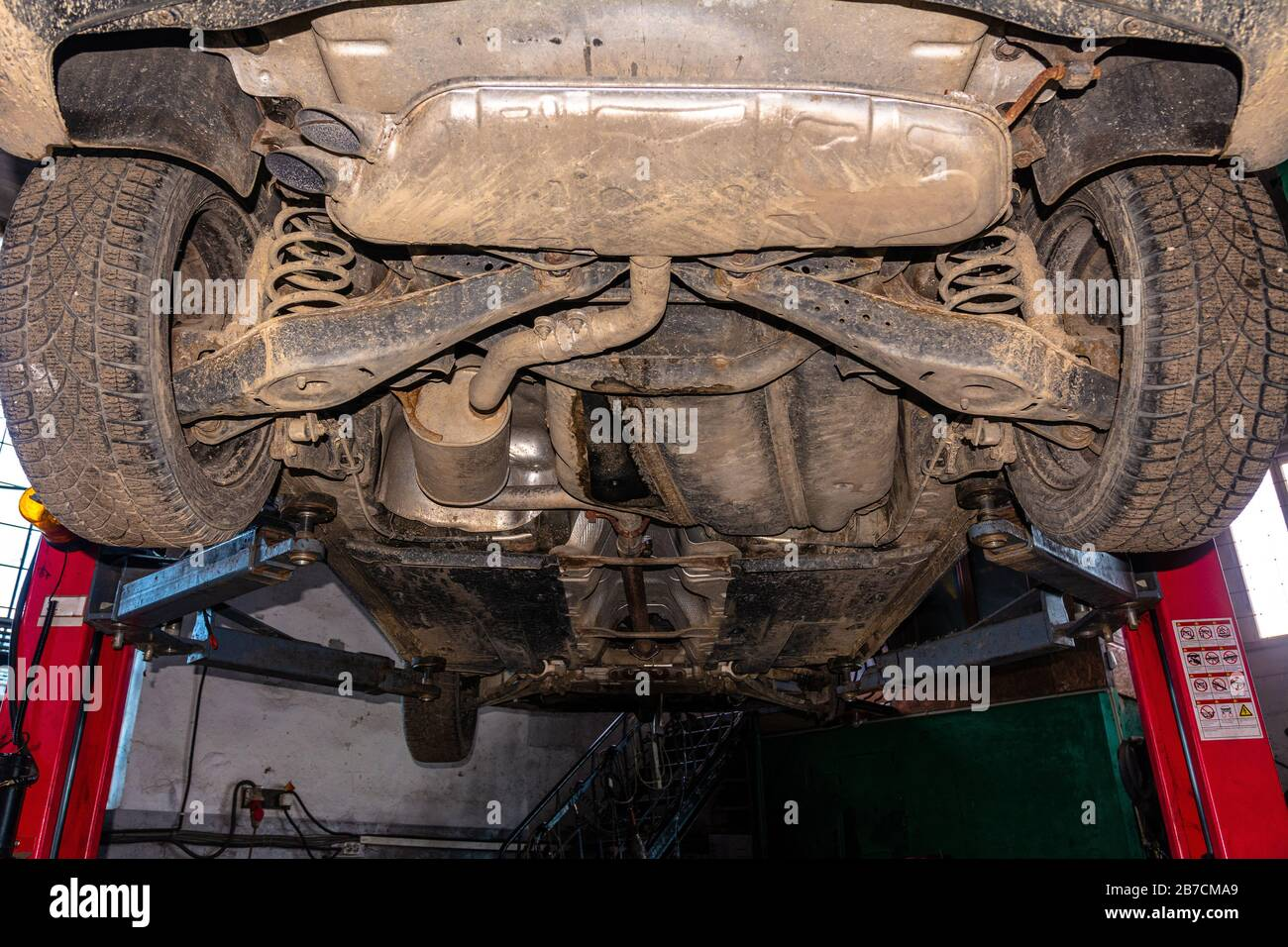 Vue de dessous de la voiture pour l'entretien programmé à la station de bus Lift 2020 Banque D'Images