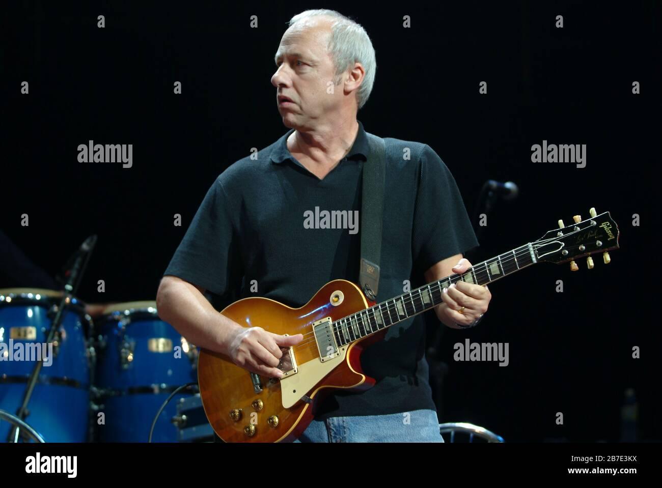 Légendaire Mark Knopfler OBE, chanteur-compositeur de rock, producteur de disques et fondateur de dire Straits, en concert au Royal Albert Hall Londres Angleterre UK 2005 Banque D'Images