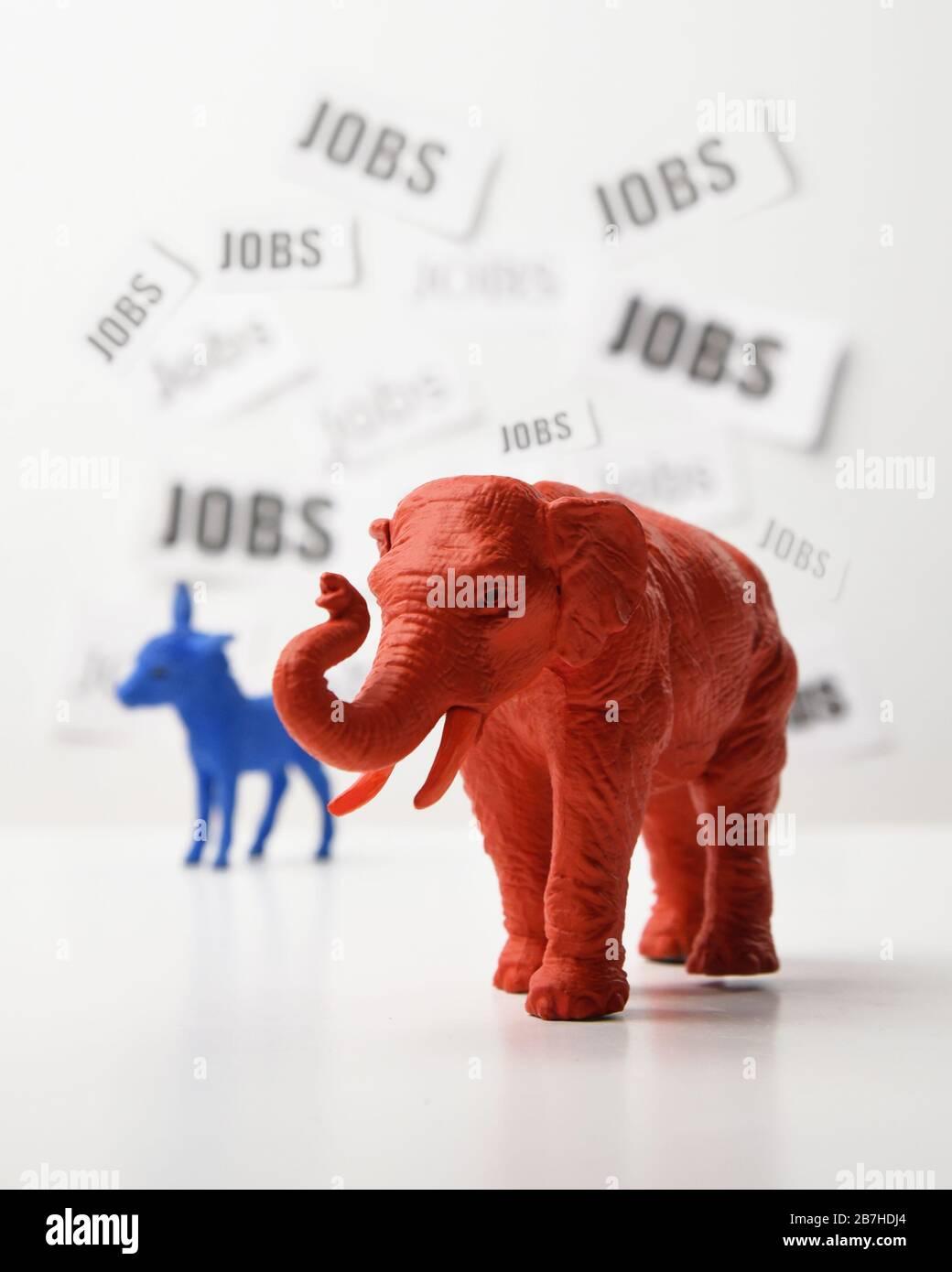 Un âne bleu et un éléphant rouge sont contre un mur blanc qui a un texte d'emploi à l'arrière-plan pour une question politique 2020 du taux d'emploi et de la ce Banque D'Images