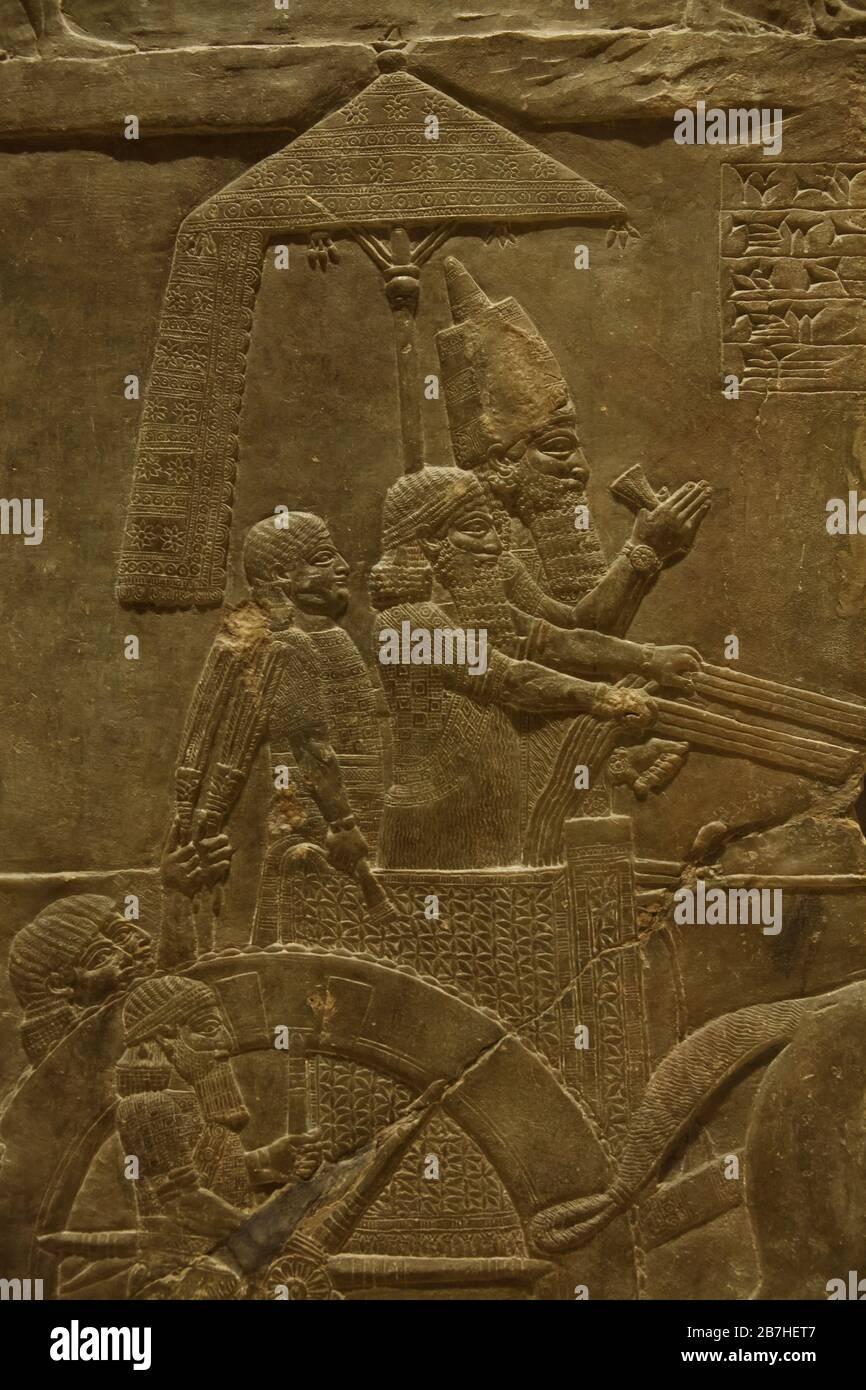 Le roi Ashurbanipal lors de la campagne contre l'Élam, décrit dans le relief assyrien du Palais Ashurbanipal de Nineveh daté de 645 avant J.-C. exposé au Musée du Louvre à Paris, France. Banque D'Images