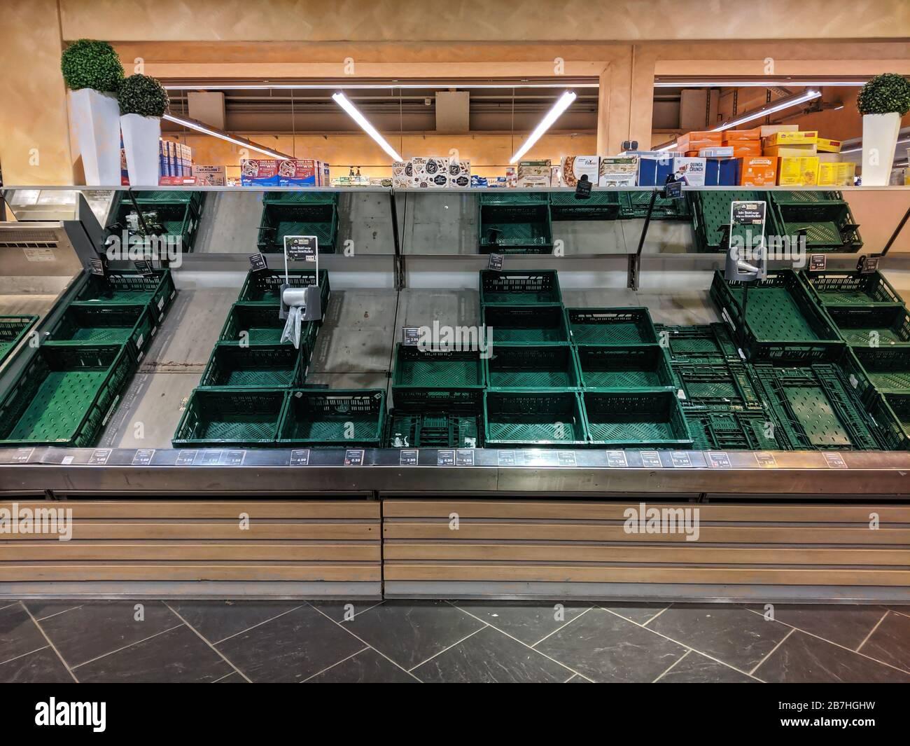 Munich, Bavière, Allemagne. 14 mars 2020. Un exemple des étagères vides de légumes vues dans les supermarchés en Allemagne, où les hoarders (Hamsterkäufer en allemand) ont été des achats de panique en raison de la propagation de Covid-19. Les critiques affirment que l'Allemagne n'a pas de problèmes d'approvisionnement, mais que les hoarders manquent de solidarité et achètent toutes les denrées alimentaires et les fournitures domestiques, limitant l'accès pour les acheteurs normaux et créant des pénuries artificielles. Crédit: Sachelle Babbar/ZUMA Wire/Alay Live News Banque D'Images