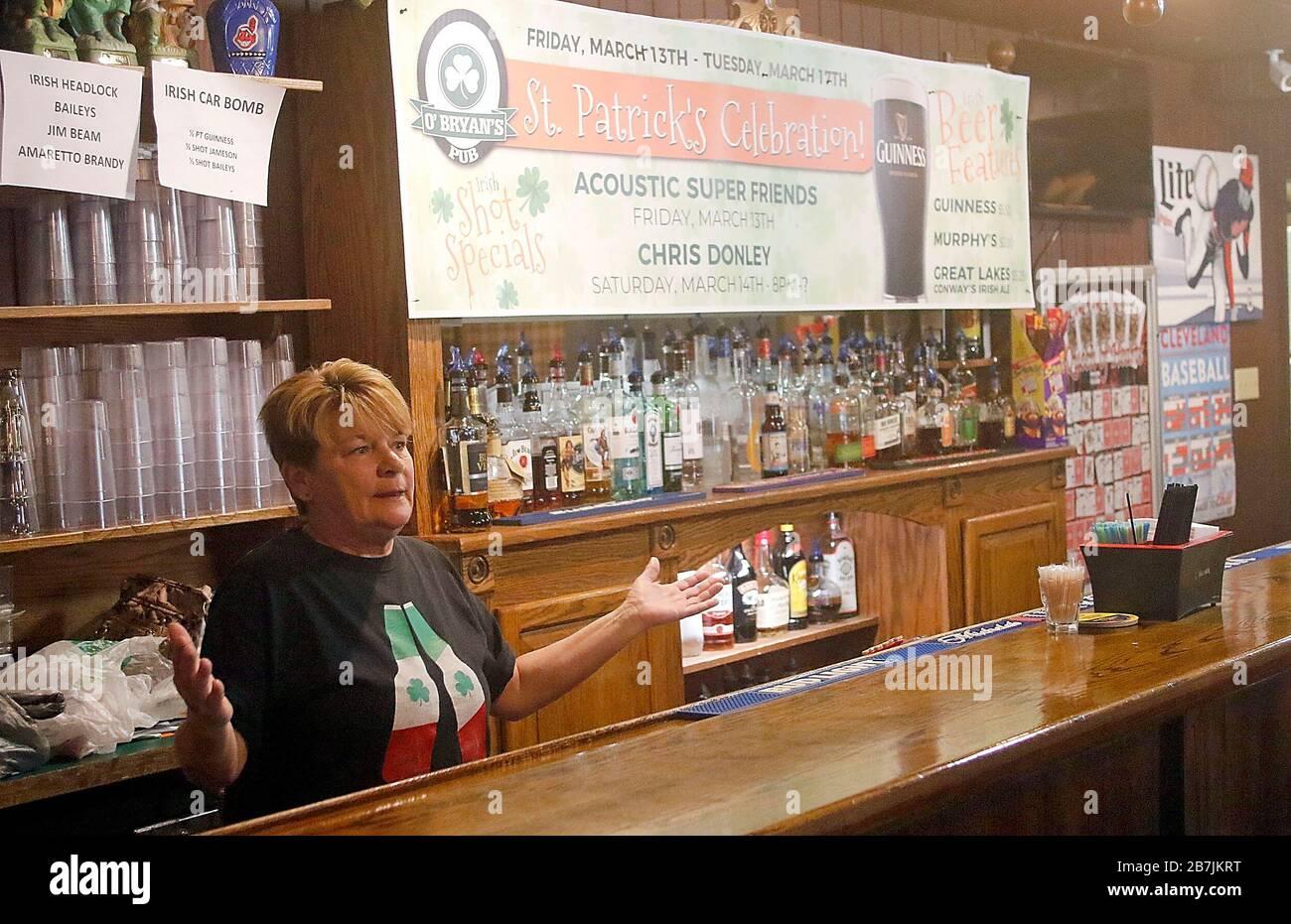 Ashland, États-Unis. 16 mars 2020. 16 mars 2020; Ashland, OH, États-Unis; le barman/serveur du pub d'Obryan Vicky McQuate parle avec un journaliste du Times-Gazette de leurs nouvelles opérations après l'éclosion de Cornonavirus a fermé les restaurants et les bars lundi 16 mars 2020 au restaurant d'Ashland, OH. Elle a également mentionné l'absence du contact quotidien avec les habitués qui condescendante l'établissement sur une base régulière. Crédit obligatoire: Tom E. Puskar/Ashland Times-Gazette via USA TODAY NETWORK/Sipa USA Credit: SIPA USA/Alay Live News Banque D'Images
