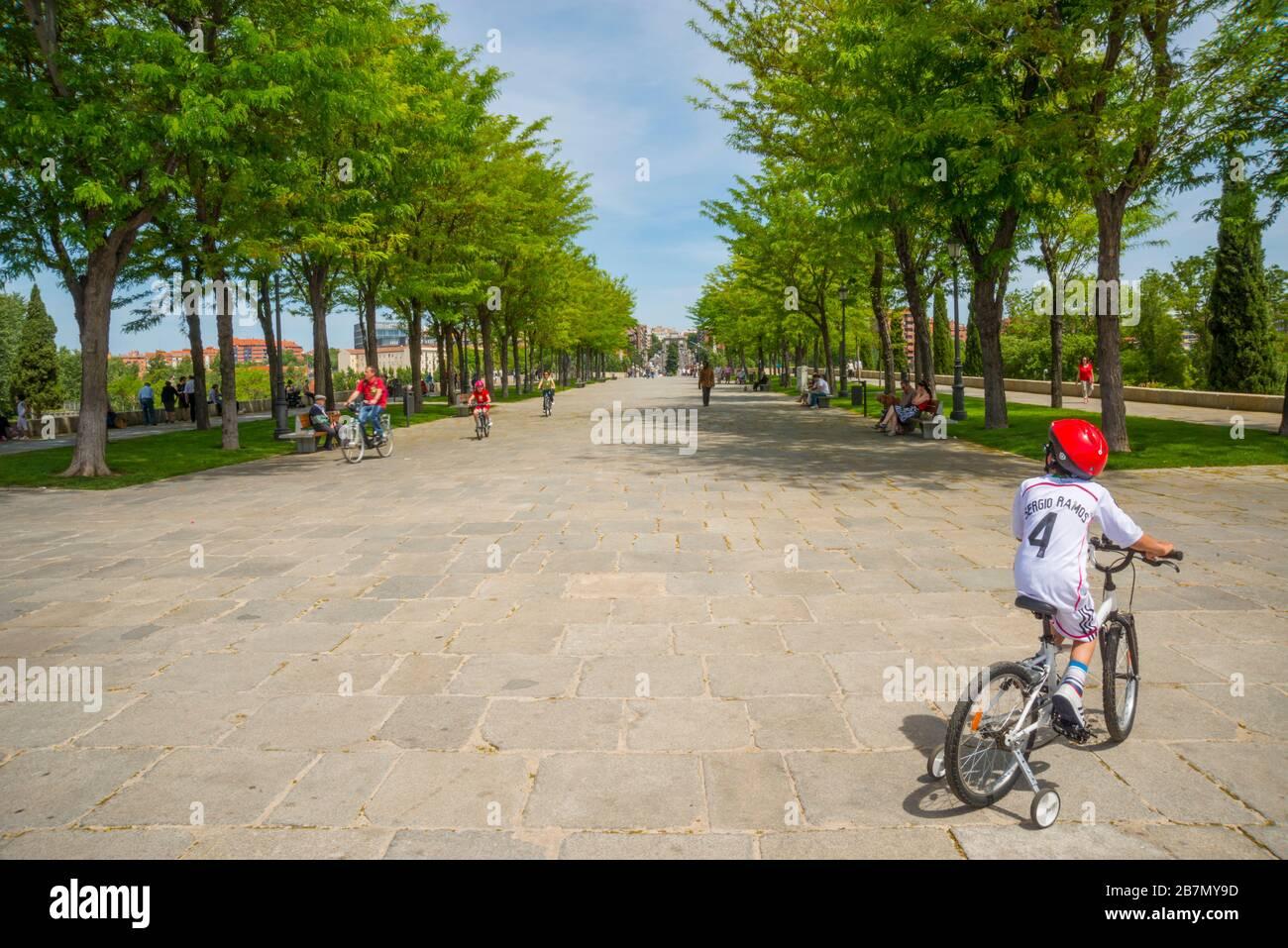 Les gens qui font du vélo au pont de Tolède. Madrid, Espagne. Banque D'Images