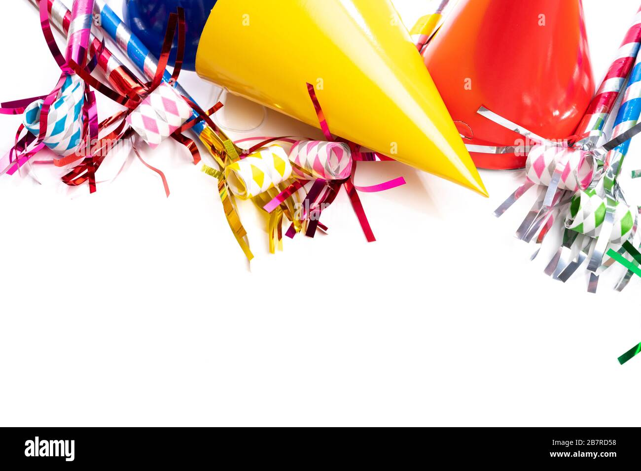 Un groupe de chapeaux d'anniversaire colorés et de fabricants de nez sur un fond blanc Banque D'Images