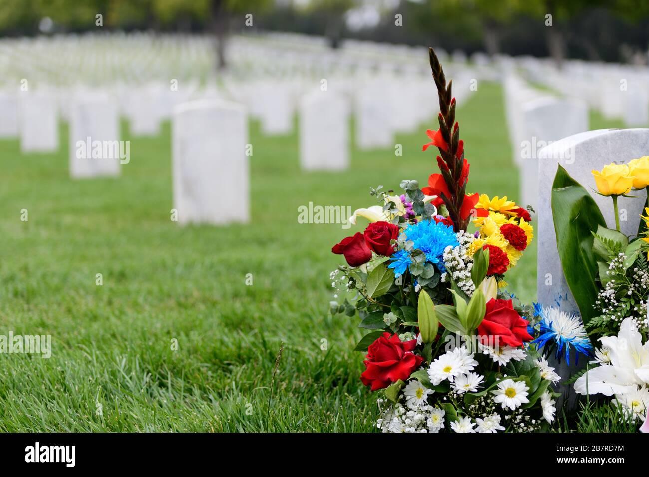 Un arrangement floral dans un cimetière avec des pierres tombales en vacances nationales. Jour commémoratif Banque D'Images