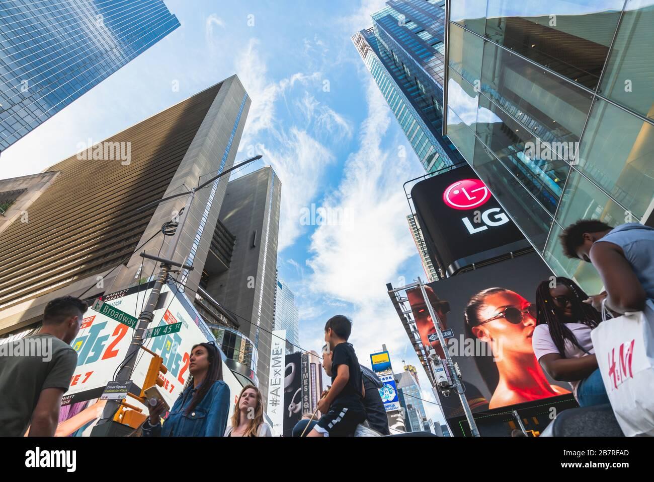 New York City/USA - 24 mai 2019 surpeuplée Times Square, l'une des attractions touristiques les plus visitées au monde. Vue sur la rue, architecture, lumineux billboa Banque D'Images