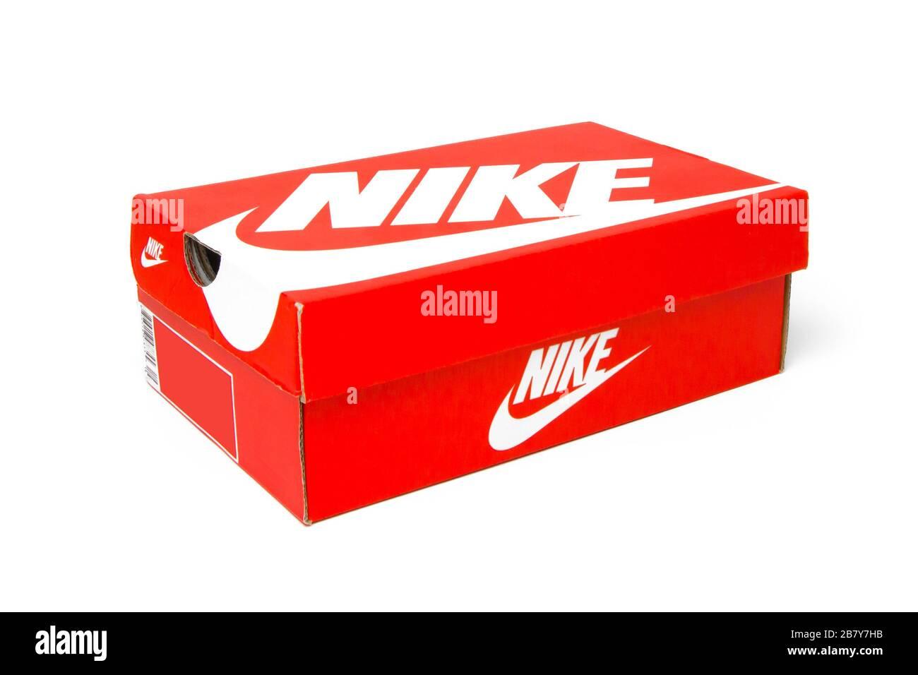 La boîte à chaussures Nike est isolée sur un fond blanc. Boîte ...