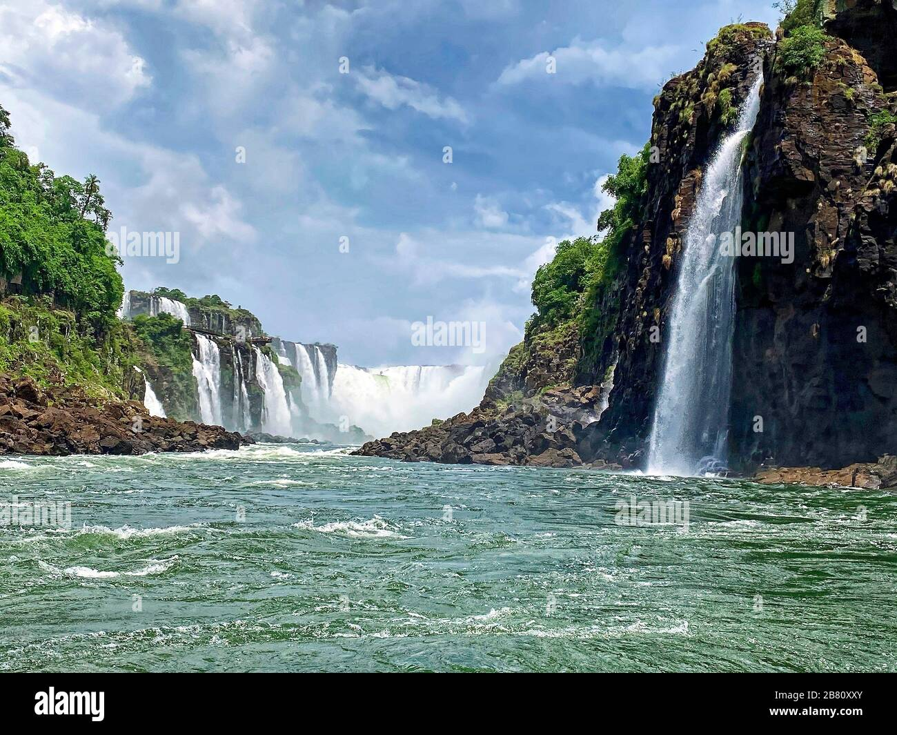 Parc national des chutes d'Iguazu; multiples chutes d'eau, végétation, rivière, nature, haute falaise, puissant, promenade surplombant, Iguazu; Iguacu; South AmericaBr Banque D'Images
