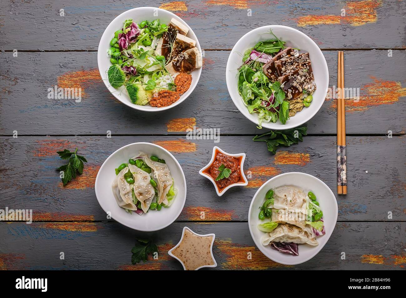 Vue de dessus boulettes de gyozu traditionnelles, légumes bouillis avec riz, porc et sauce épicée. Cuisine orientale Banque D'Images