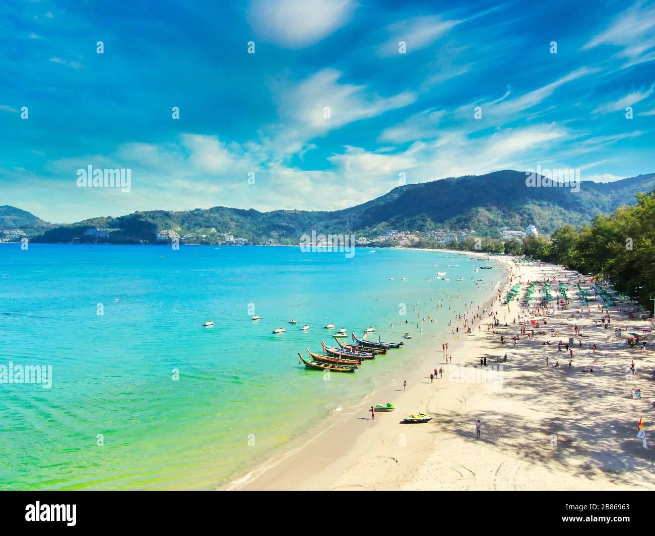 Vue aérienne avec le drone. Touristes à la plage de Patong sur l'île de Phuket, Thaïlande. Magnifique paysage Hat Patong Beach. Banque D'Images