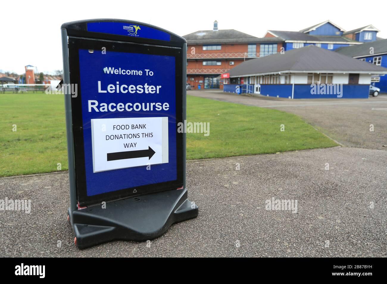Une vue générale d'un panneau pour une banque de dons de nourriture à l'hippodrome de Leicester comme course en Grande-Bretagne est en attente jusqu'à la fin d'avril au plus tôt. Banque D'Images