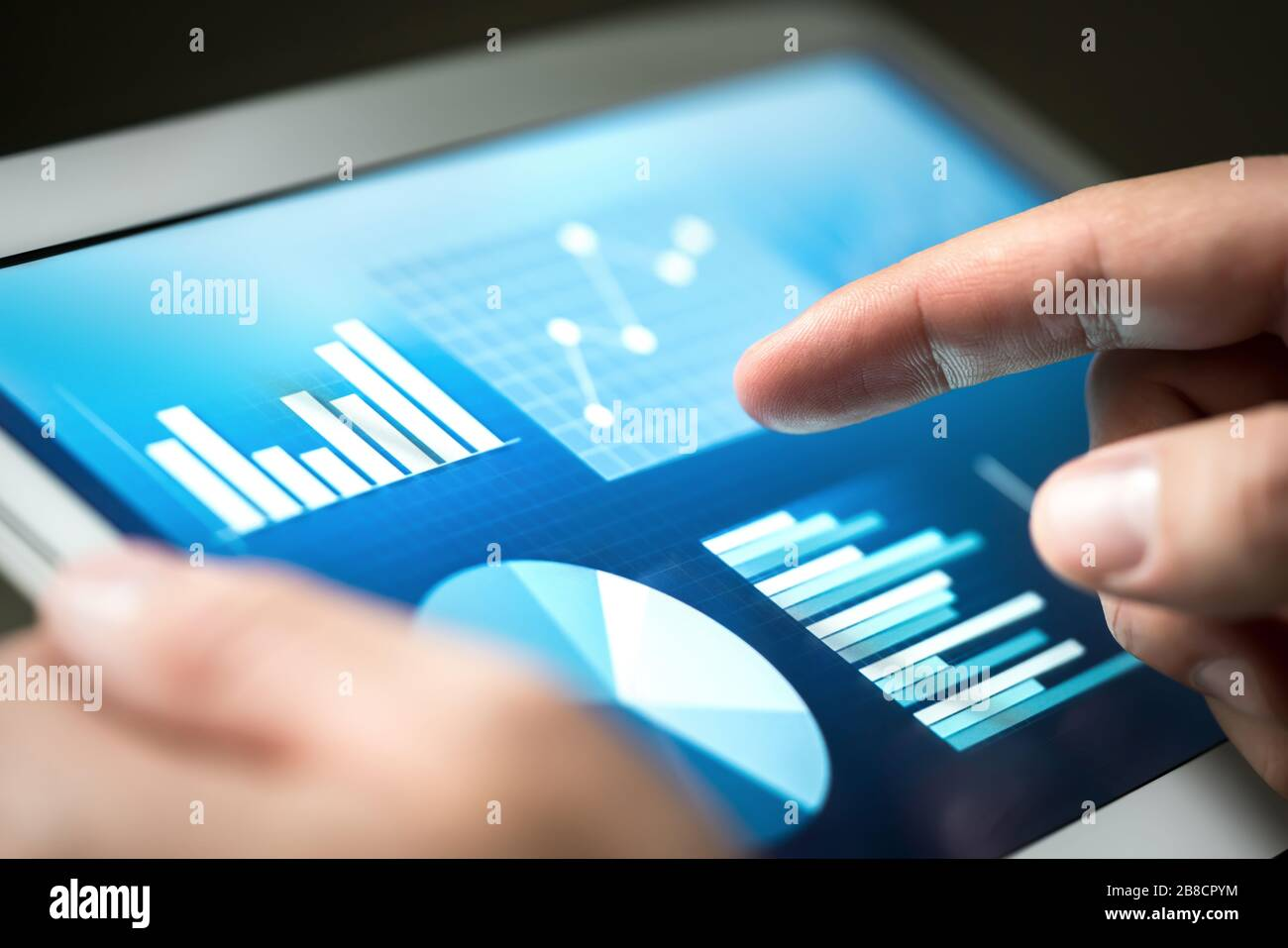 Statistiques, graphiques, tendances et croissance sur l'écran de la tablette. Gestion et développement financiers avec technologie dans les affaires. Homme d'affaires utilisant le moniteur. Banque D'Images