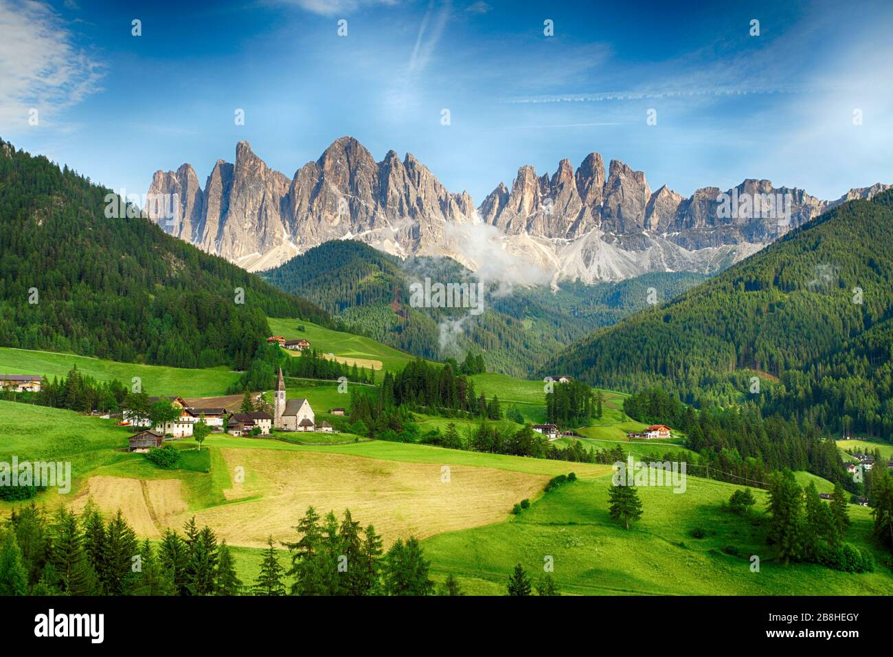 Vue sur la campagne de Santa Maddalena dans le parc national Puez Odle ou les sommets Geisler. Dolomites, Tyrol du Sud. Emplacement Bolzano, Italie, Europe. Banque D'Images