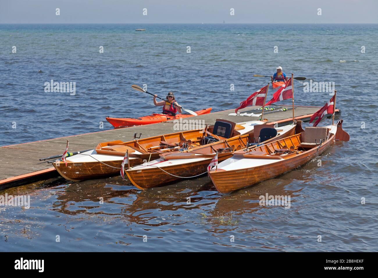 Padders et rameurs de divers clubs d'aviron et de kayak à la jetée du ponton du Rungsted Rowing Club, pendant une journée chaude et ensoleillée d'été. Aviron longue distance. Banque D'Images