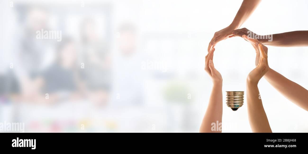 Symbole et forme de l'ampoule créée à partir des mains. Le concept d'idée, de coopération, de travail d'équipe et de solution créative. Banque D'Images