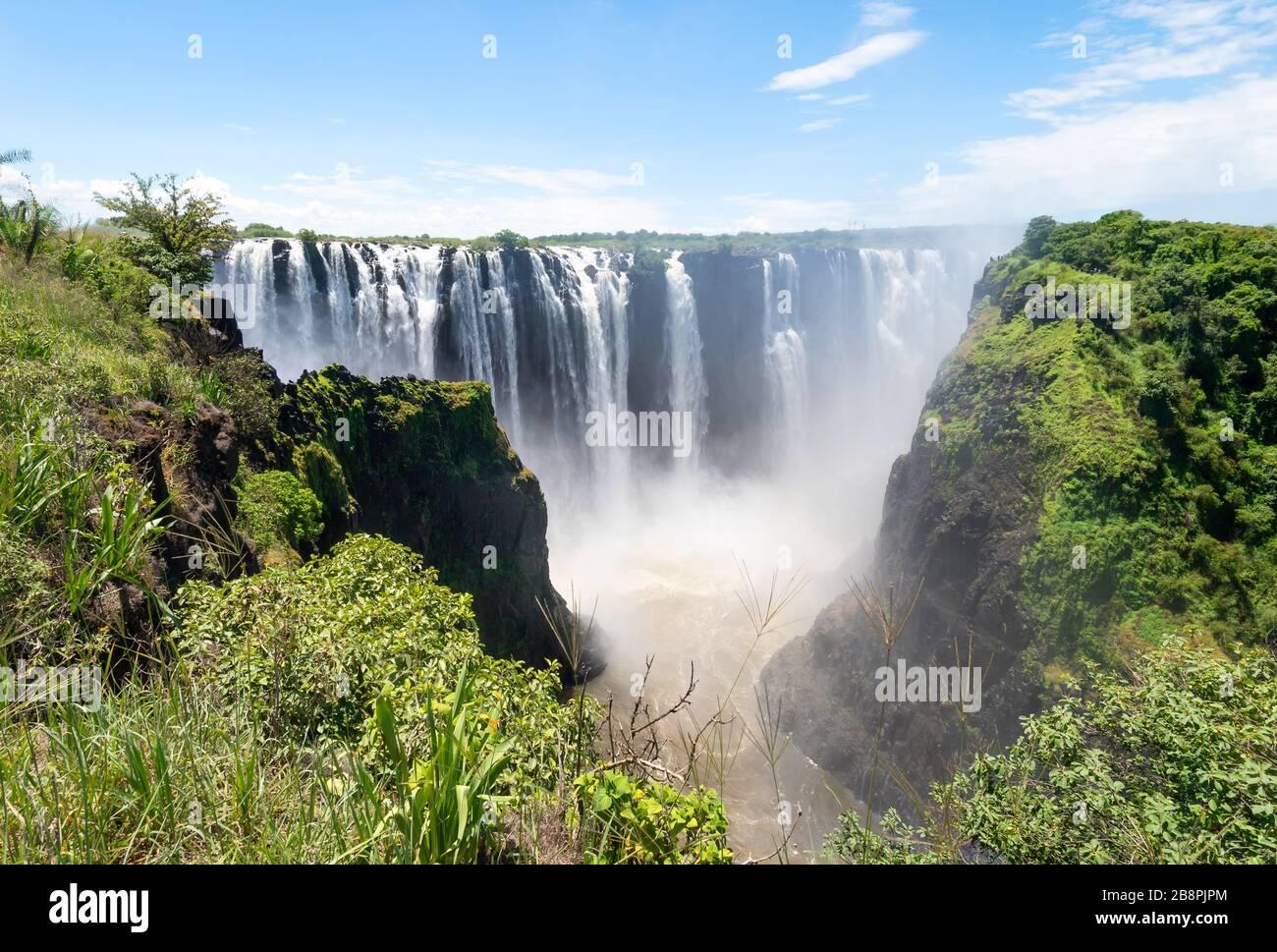 Vue panoramique sur le magnifique parc national des chutes Victoria du côté du Zimbabwe sur le continent africain. Chutes d'eau à proximité de la frontière avec la Zambie. Banque D'Images