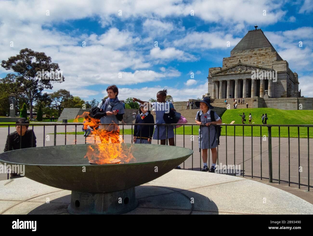 Professeur d'école à côté du cadre éternel au Sanctuaire du Souvenir, chemin St. Kilda, Melbourne Banque D'Images