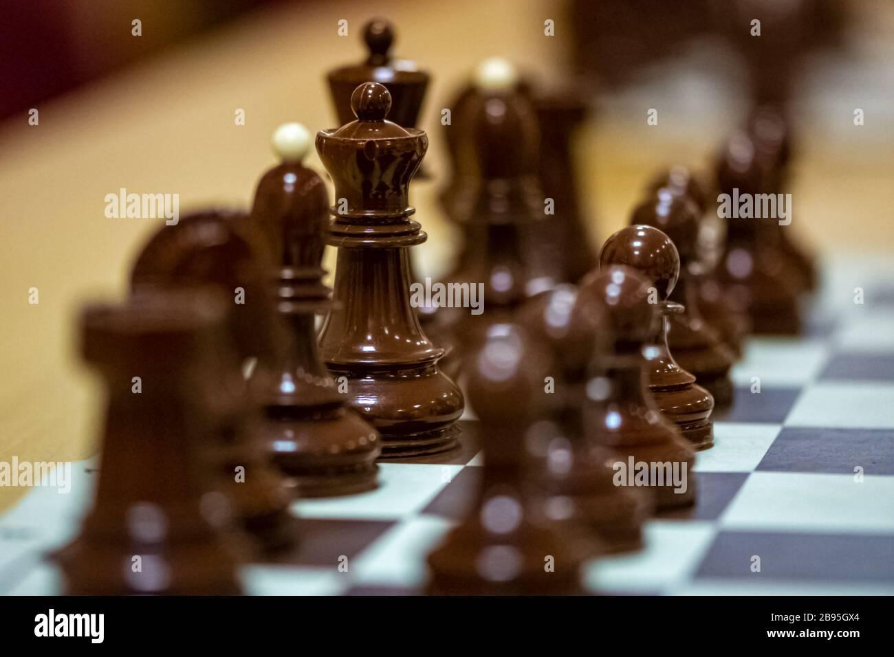 Pièces d'échecs sur le tableau prêtes pour le jeu Banque D'Images