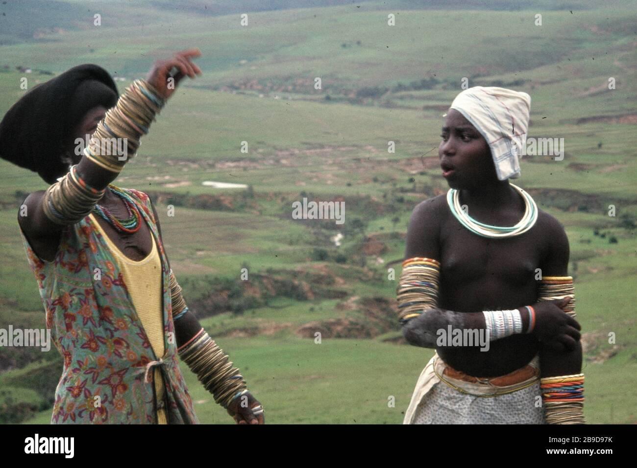 Fille Du Groupe Ethnique Xhosa Avec Des Chaines Sur Ses Bras Devant La Campagne De Transkei Traduction Automatique Photo Stock Alamy