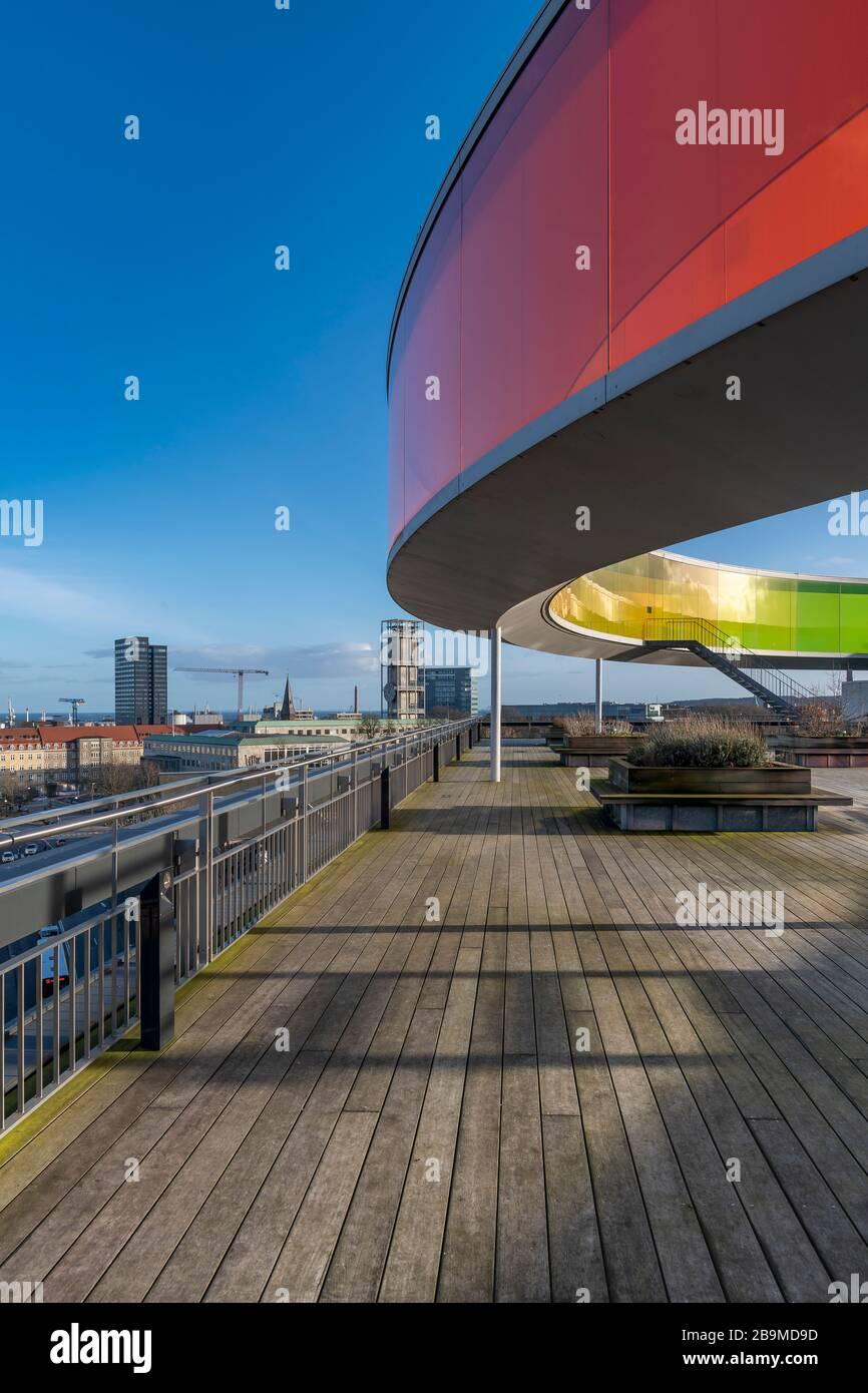 Votre Rainbow Panorama par Olafur Elliasson assis en haut de la galerie d'art ARoS à Aarhus, au Danemark. Les murs en verre s'estompent dans les couleurs arc-en-ciel Banque D'Images
