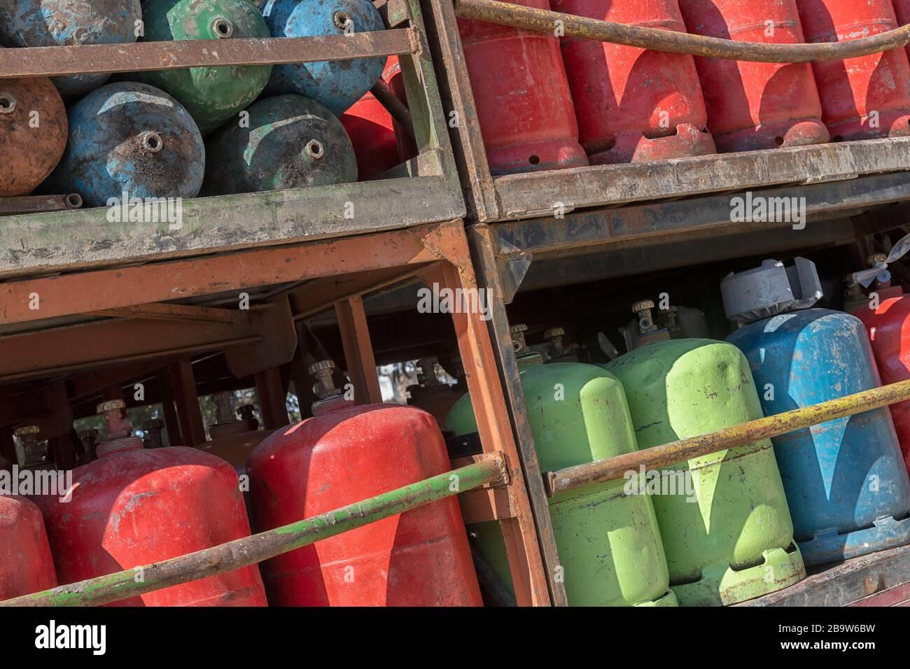 Vieilles bouteilles de gaz rouillés sur un camion prêt à être livré dans la campagne du Maroc. Banque D'Images