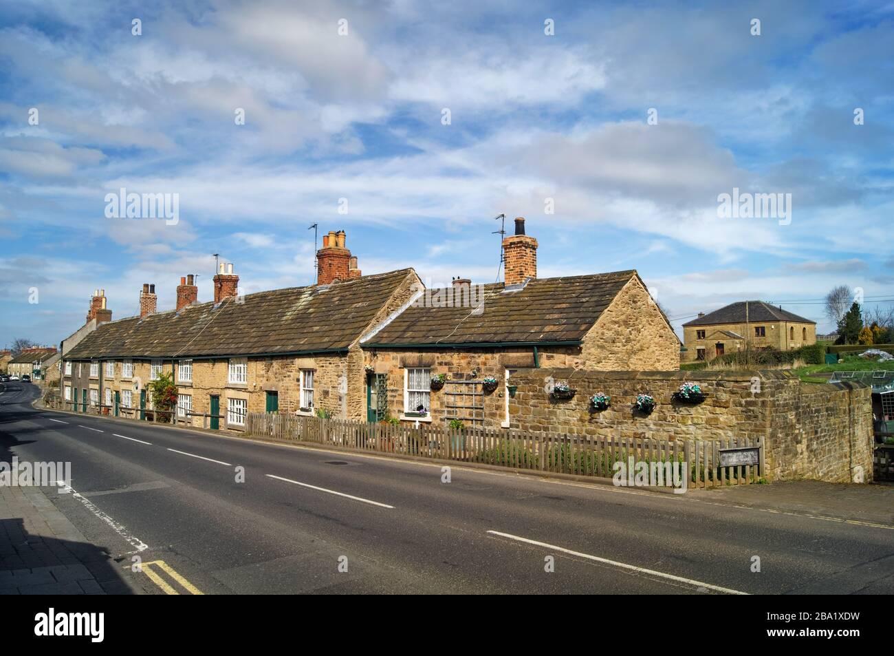 Royaume-Uni, Yorkshire du Sud, Rotherham, Wentworth, Cottages à côté de B6090 Banque D'Images