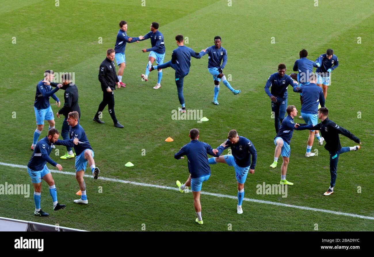 Les joueurs de Coventry City s'échauffent sur le terrain avant le début du match Banque D'Images
