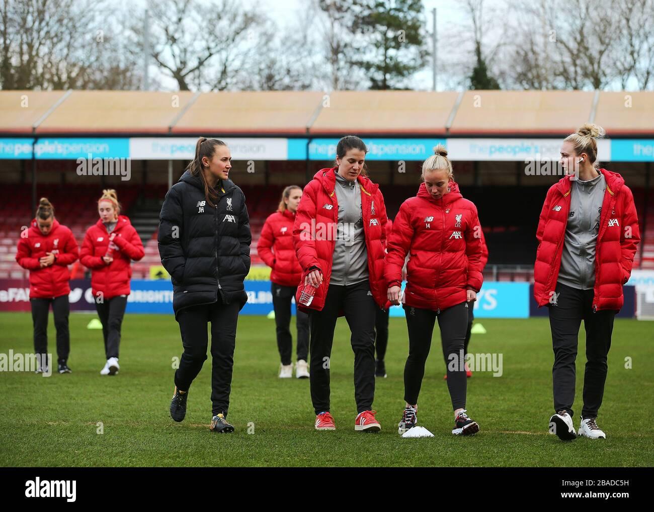 L'équipe féminine de Liverpool inspecte le terrain du People's Pension Stadium avant de commencer Banque D'Images