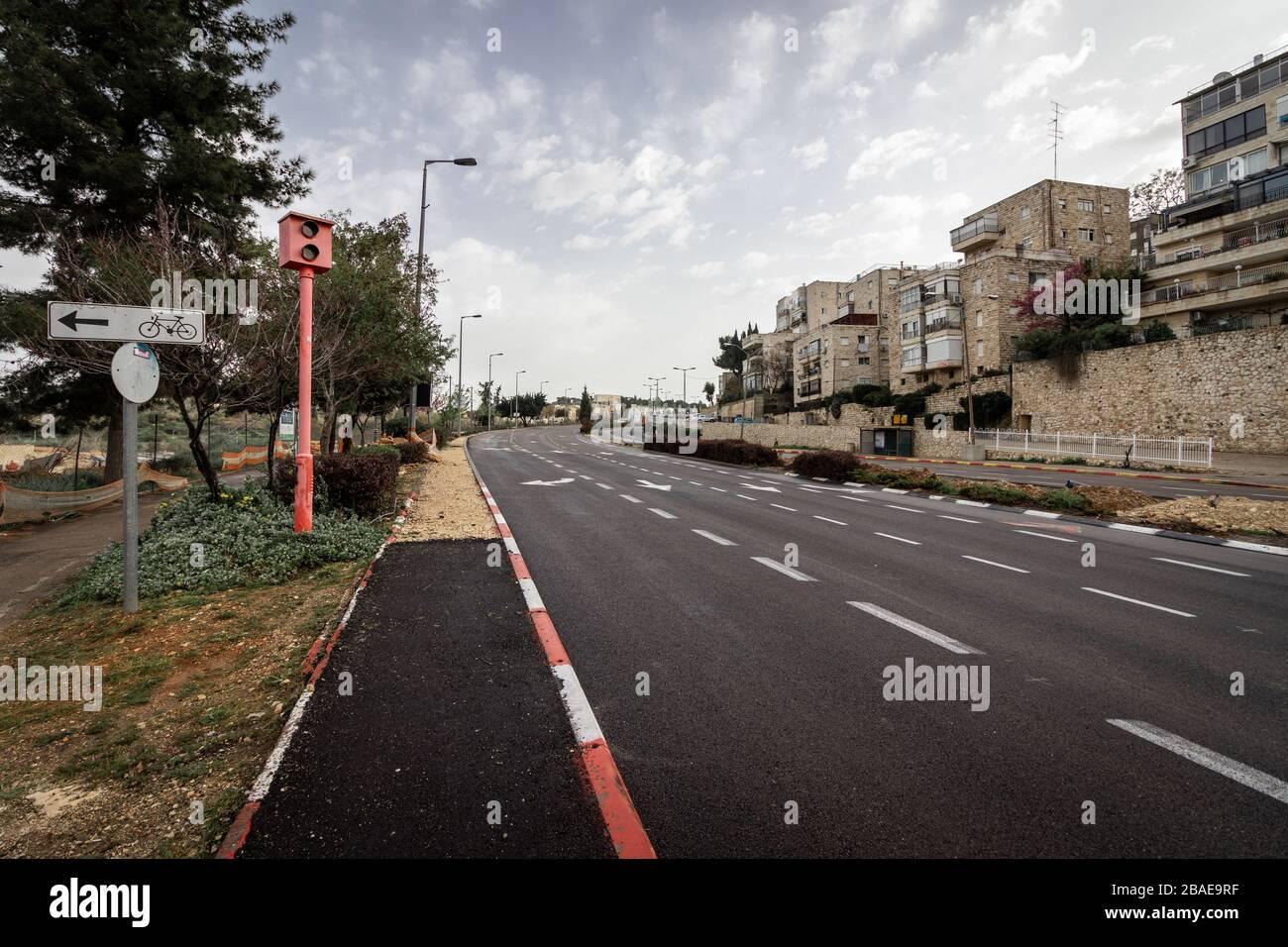Jérusalem, Israël - Ha-rab Herzog Street - 27 03 2020: Les rues vides pendant le virus Corona mettent en quarantaine une vue de la route principale Banque D'Images