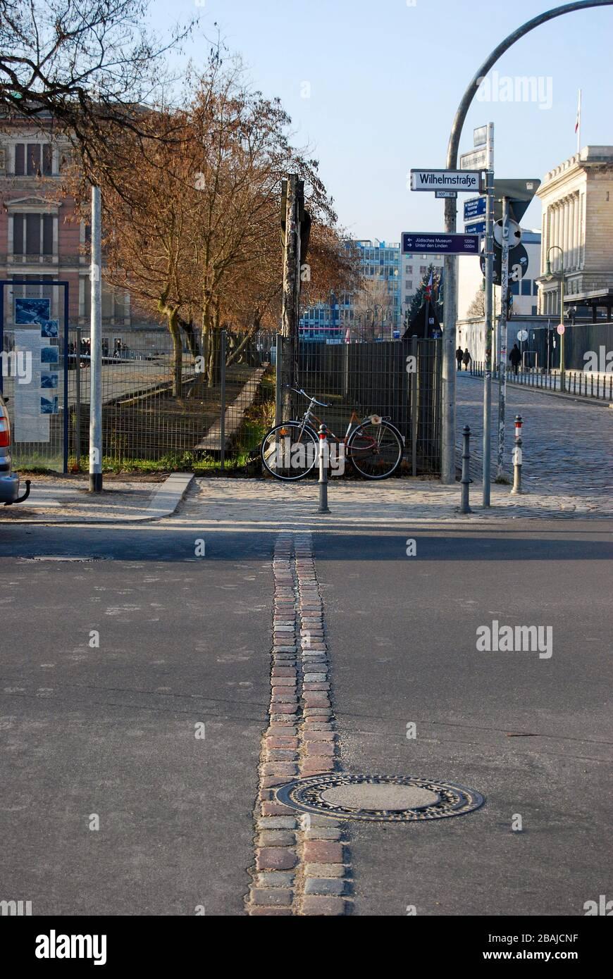 Marquage de l'endroit où le mur de Berlin a autrefois divisé l'est de l'Ouest à Berlin, en Allemagne Banque D'Images