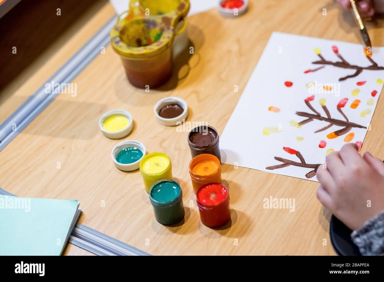 Les Mains De La Peinture Petite Fille Et La Table Pour La Creativite Peinture D Enfant Avec Gouache Rester A La Maison Rester Sur Coronavirus Et Concept De Quarantaine En Ligne Photo Stock Alamy