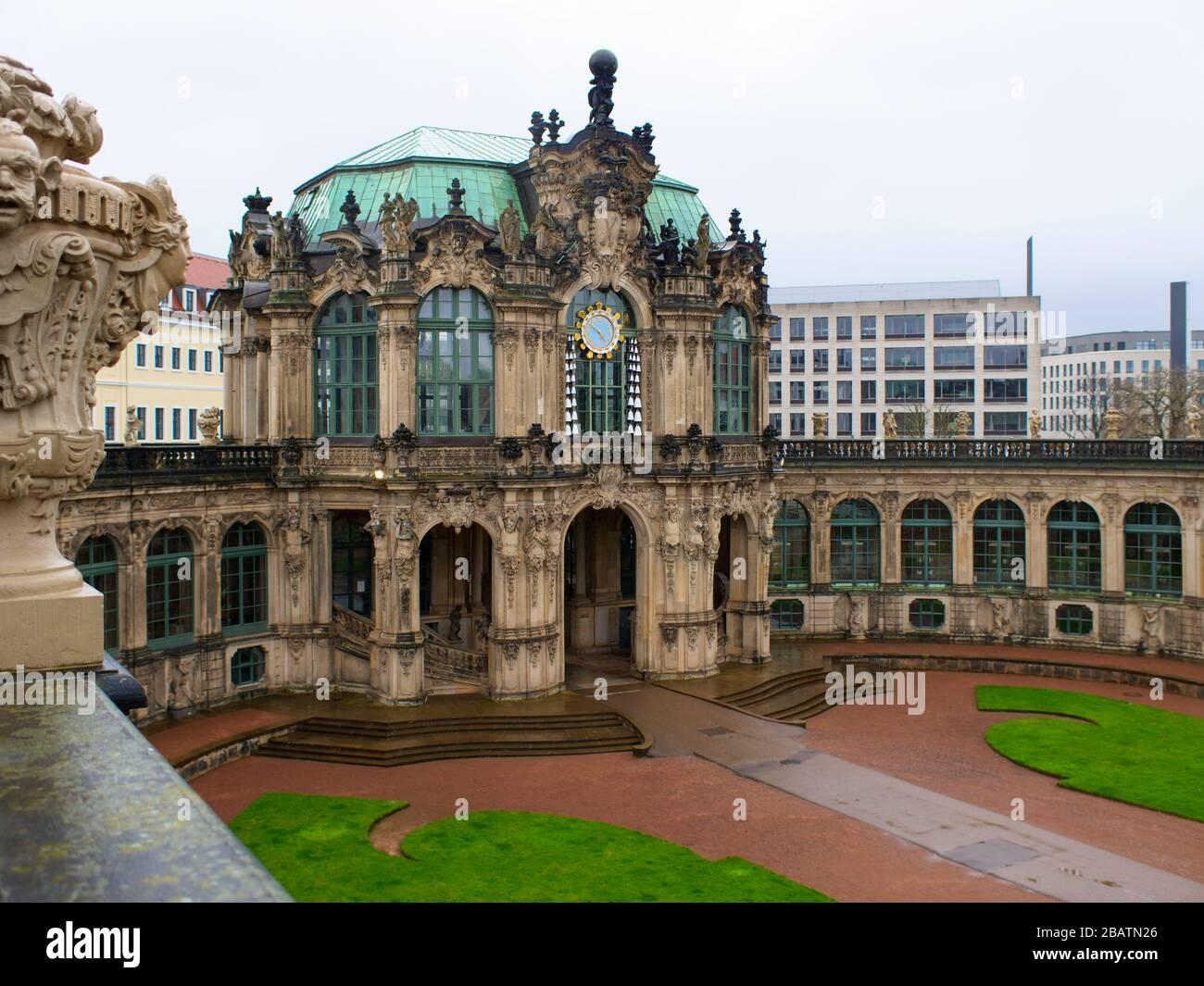 Dresden Zwinger während coronavirus Lockdown 2020 Glockenspielpavillon Innenhof in der dresdner Altstadt Sehenswürdigkeit BEI Regen Banque D'Images