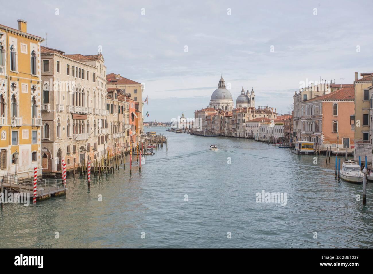 Venise Vénétie Italie le 19 janvier 2019: Vue sur Grand Canal de pont de l'Accademia.. Banque D'Images