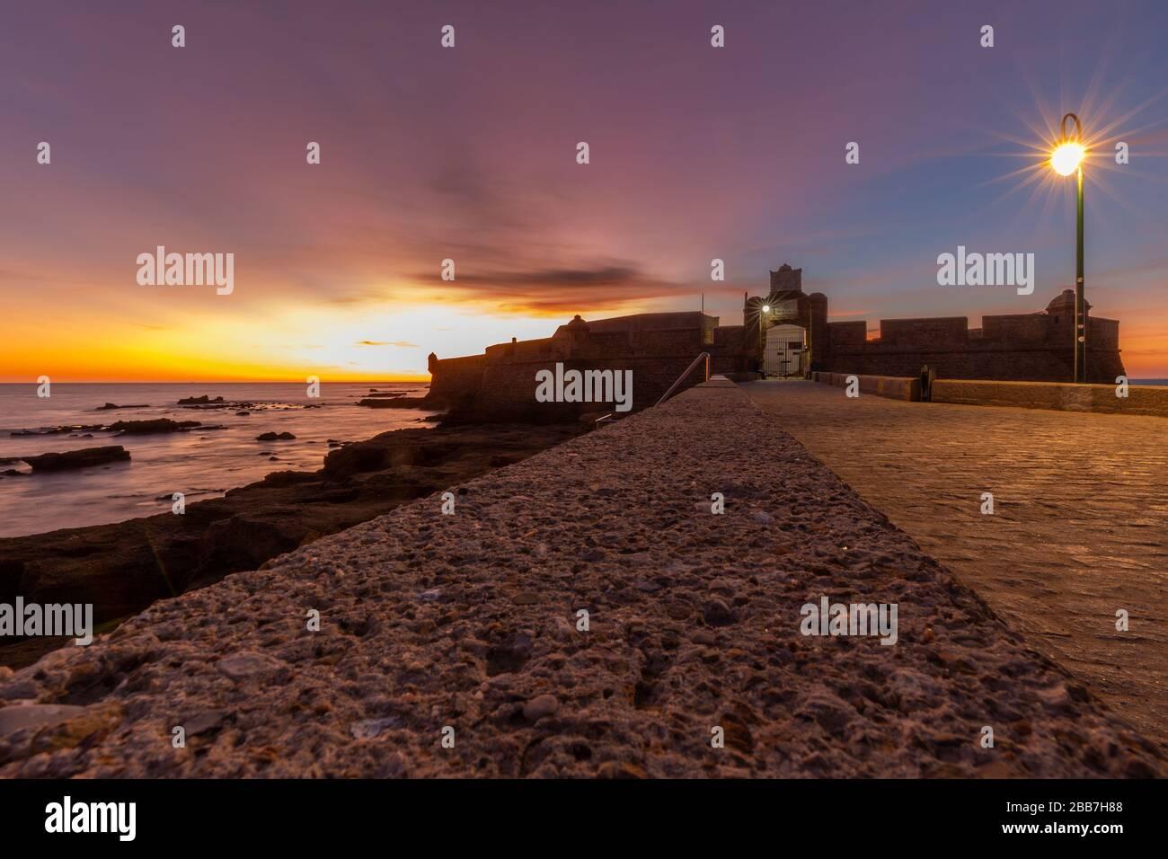 Coucher de soleil au Castillo de San Sebastian à Cadix, Andalousie, Espagne. Banque D'Images