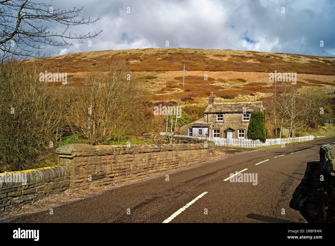 Royaume-Uni, South Yorkshire, Dunford Bridge, Windle Edge Road et Cottage Banque D'Images