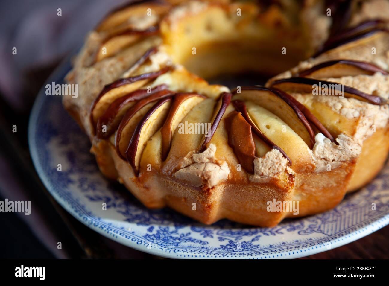 Tarte aux pommes ronde. Pâtisseries maison. Cupcake avec pommes sur une table en bois. Nourriture simple. Banque D'Images