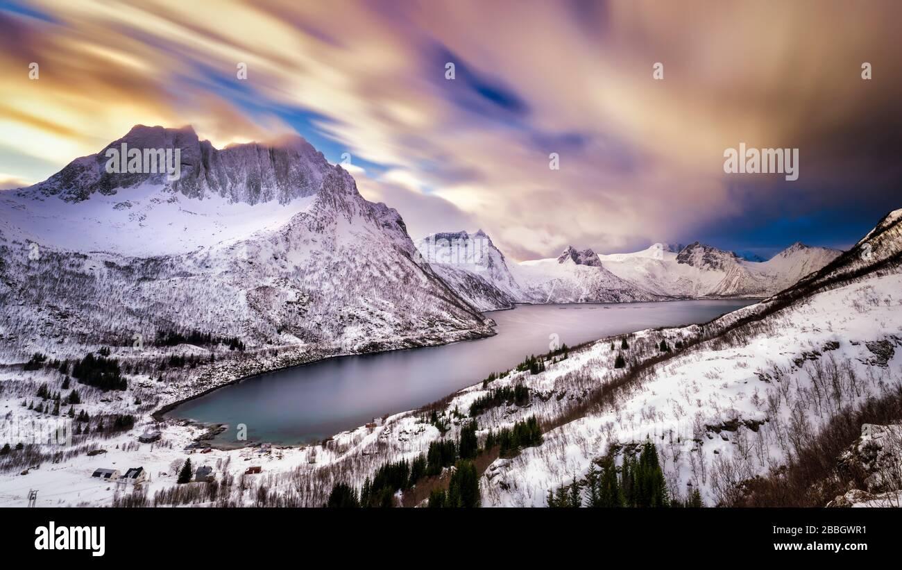 ciel nuageux spectaculaire au-dessus des montagnes enneigées autour du fjord. Banque D'Images