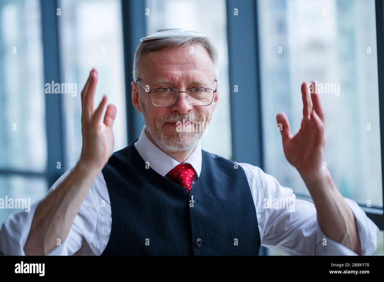 Sourire heureux directeur général pense à son développement de carrière réussi alors que se tient dans son bureau près de l'arrière-plan d'une fenêtre avec copie sp Banque D'Images