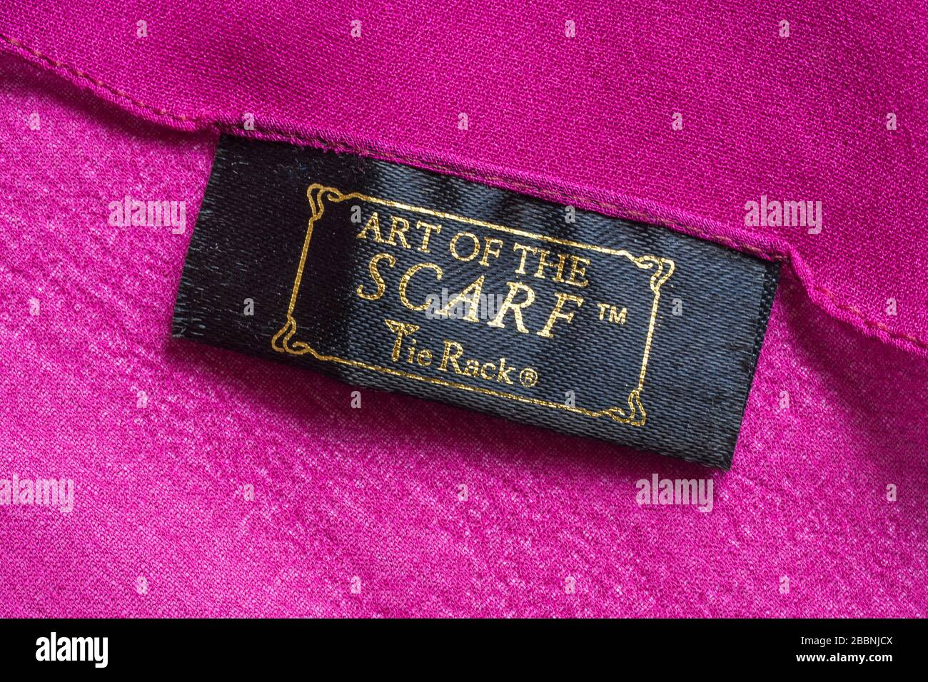 Art of the foulard Tie rack Label in woman's pink foulard - vendu au Royaume-Uni, Grande-Bretagne Banque D'Images