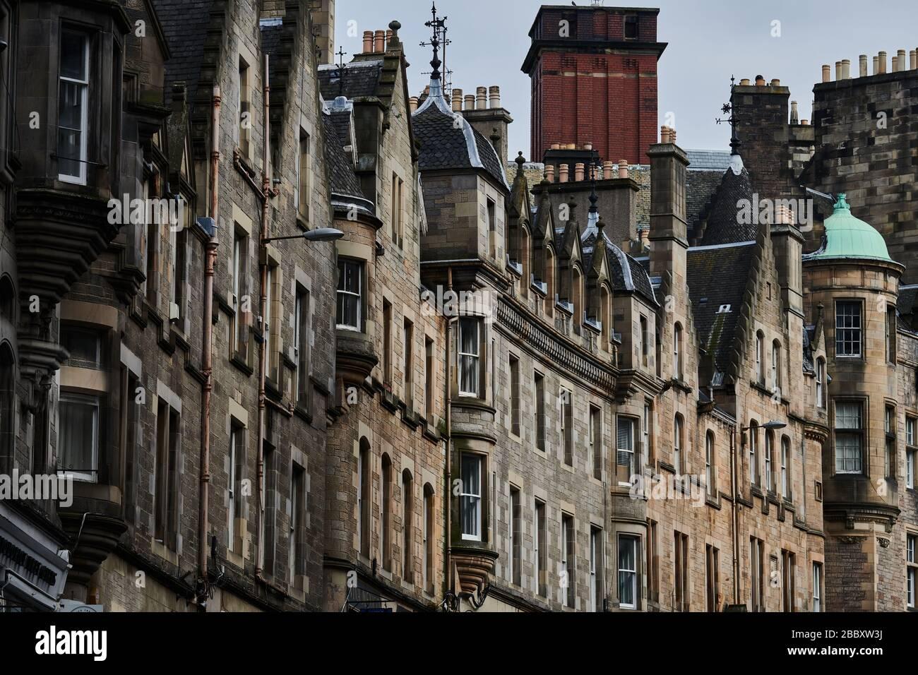 Rues vides d'Édimbourg pendant la quarantaine de Covid-19: Une rangée de maisons sur Cockburn Street Banque D'Images