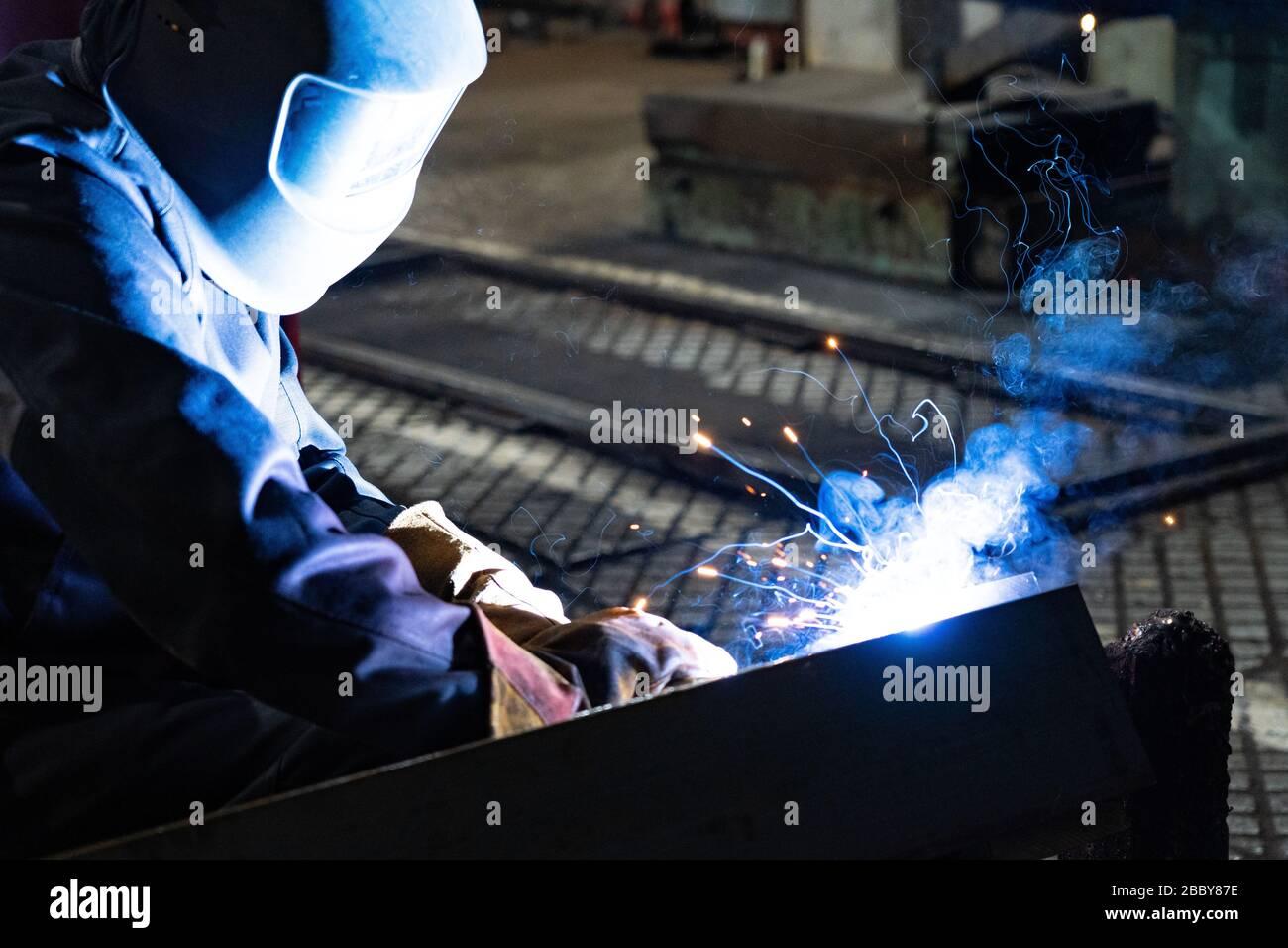 Le travail du soudeur. Travaux de soudage dans le plancher d'usine Banque D'Images