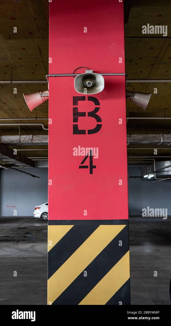 Système d'alerte pour la population. Monté sur des poteaux en béton sous le plafond d'un bâtiment pour informer une organisation ou une communauté. Parking souterrain Banque D'Images