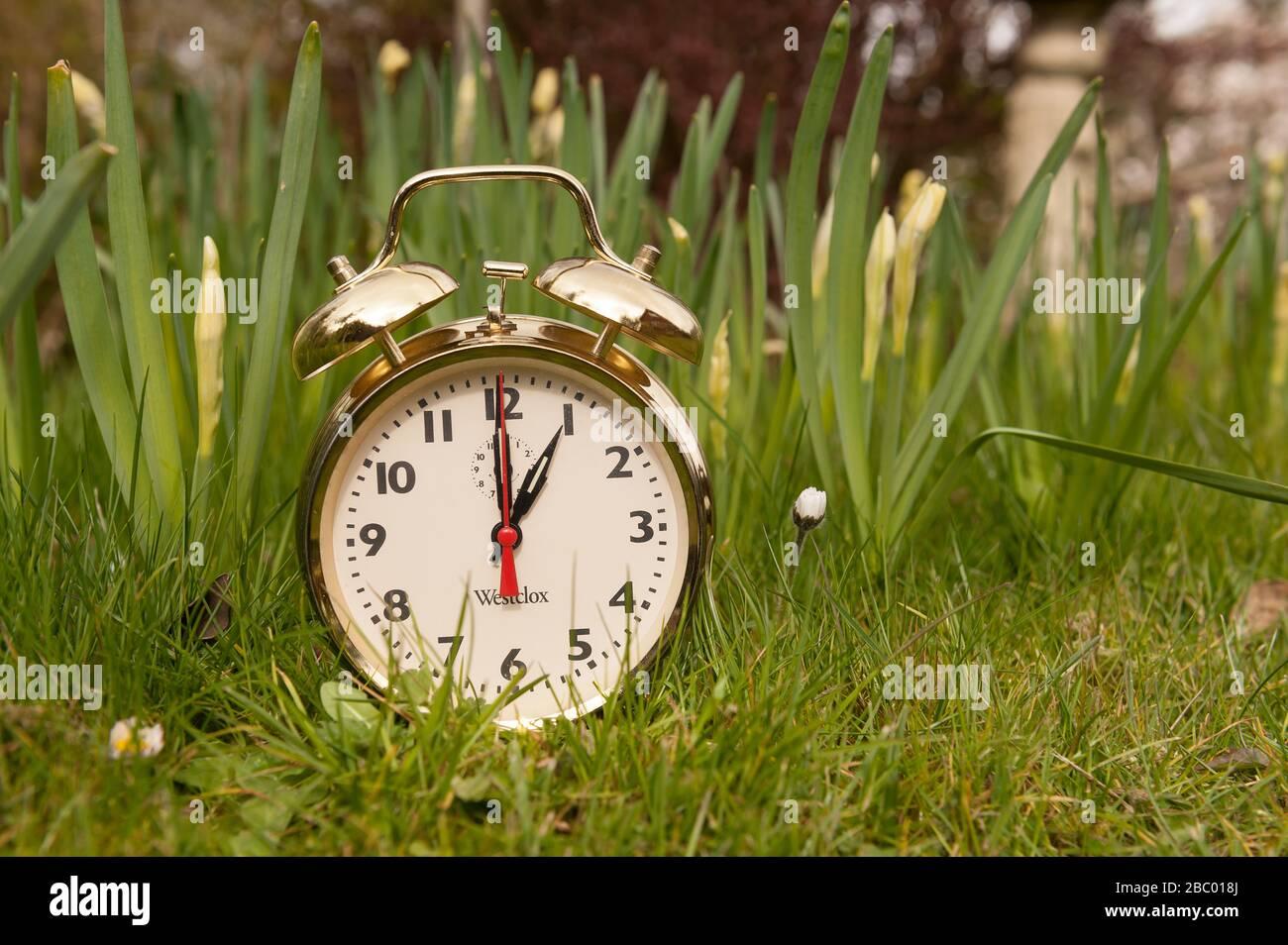 Les horloges avangent en mars, perdant une heure de sommeil gagnant plus longtemps lumière du jour de la soirée, heure d'été britannique, horloge dorée Banque D'Images