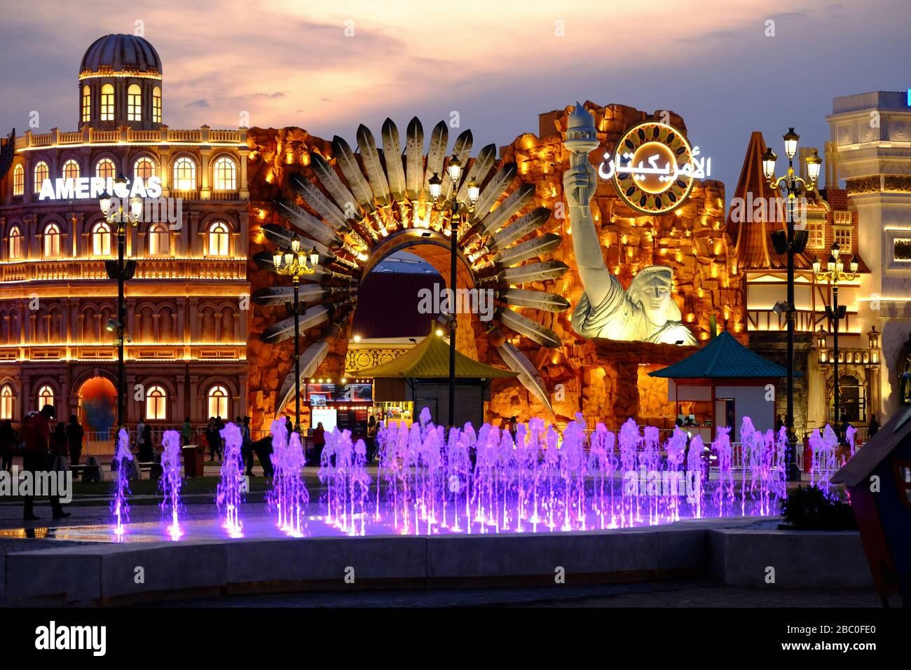 Prise de vue nocturne de la section Amériques dans Global Village, Dubaï, Émirats arabes Unis. Global Village combine des cultures de 90 pays à travers le monde. Banque D'Images