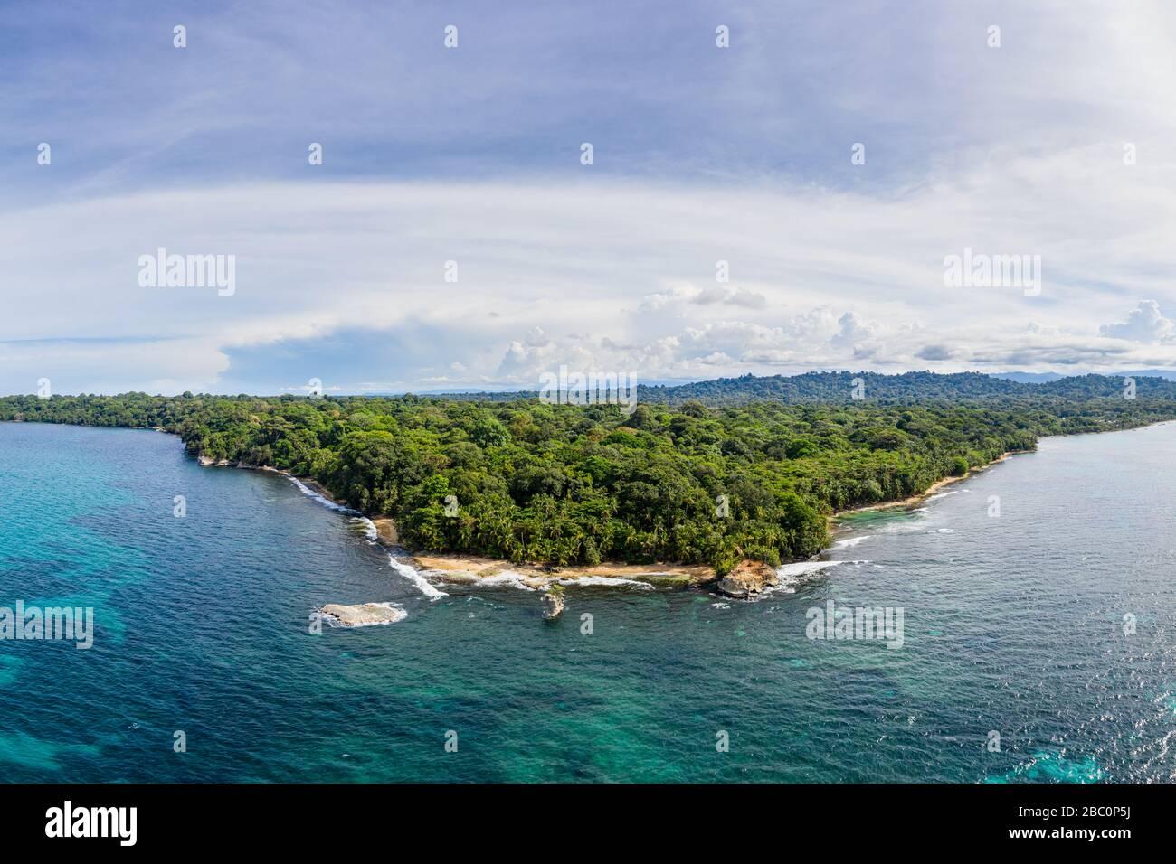 Vue aérienne de la côte des Caraïbes de la réserve naturelle de Gandoca Manzanillo dans la province de Limón, dans l'est du Costa Rica. Banque D'Images