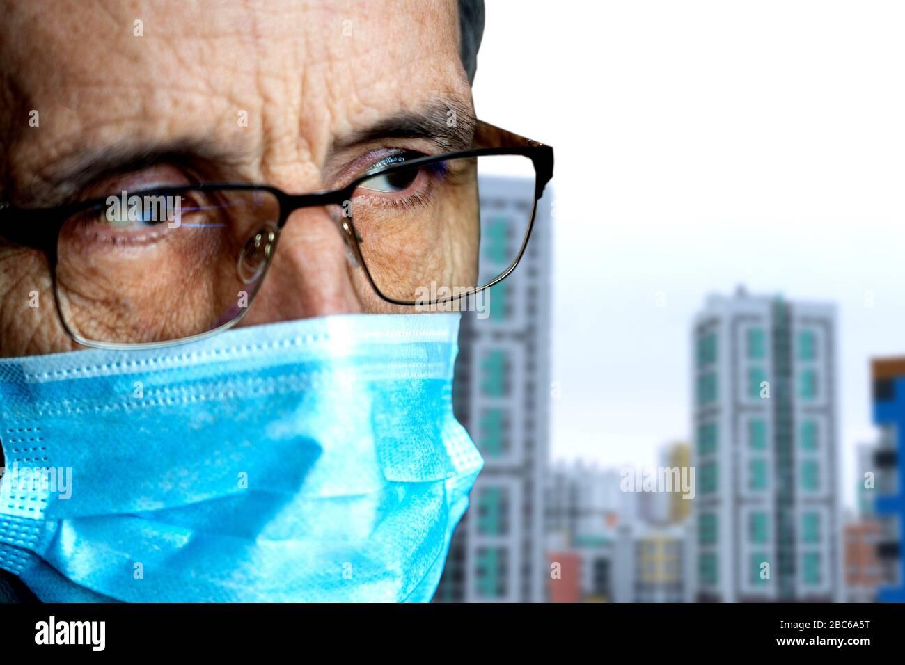 Portrait d'un homme âgé dans des lunettes et un masque médical Banque D'Images